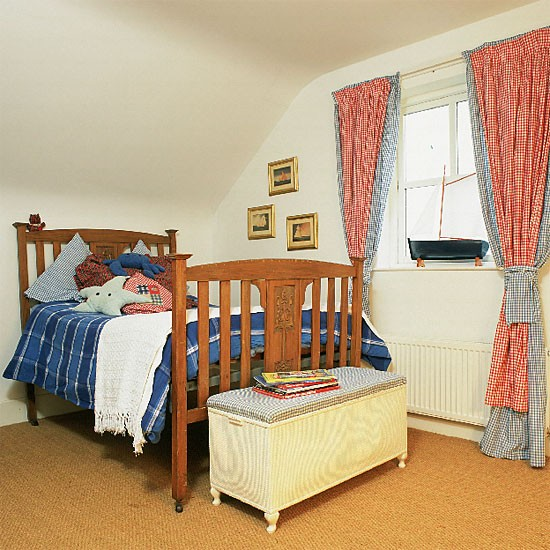 New Age Home Decor: Boy's Bedroom With Wooden Bed And Gingham Curtains