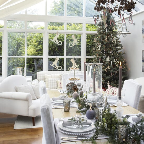 10 Cozy Decor Ideas For Your New Year S Eve Dining Room: Conservatory Dining Area With New Year Decorations