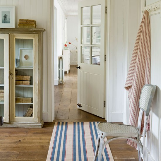 Hallway Decorating Ideas House: White Hallway With Red And Blue Accessories
