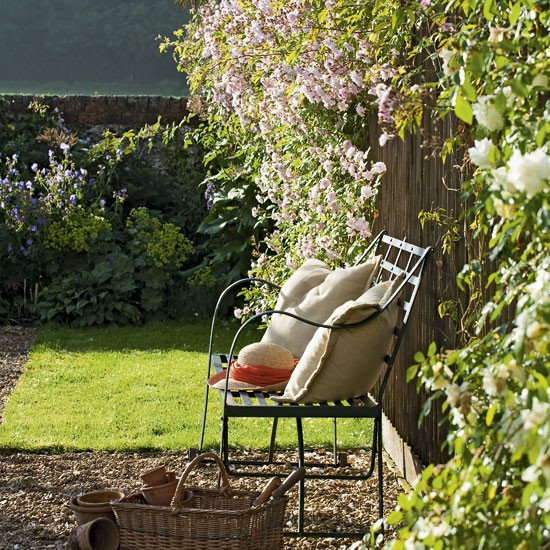 Relaxed Garden Summer House: Relaxed Garden Seating