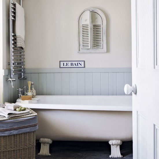 Small Country-style Bathroom