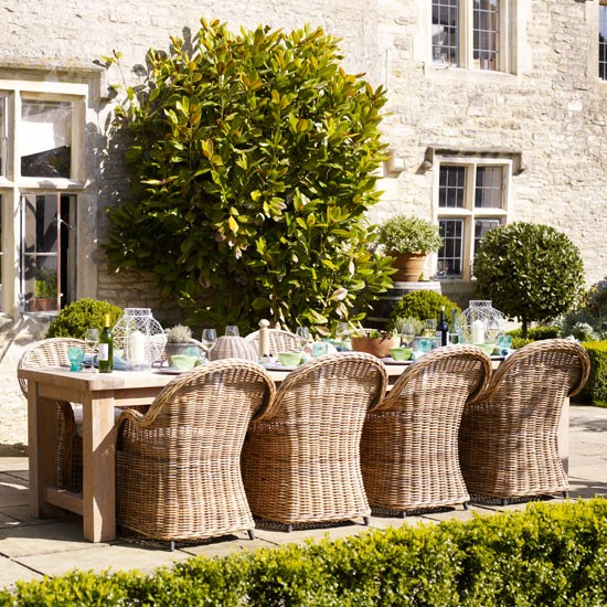 Relaxed Garden Summer House: Relaxed Garden Dining Area