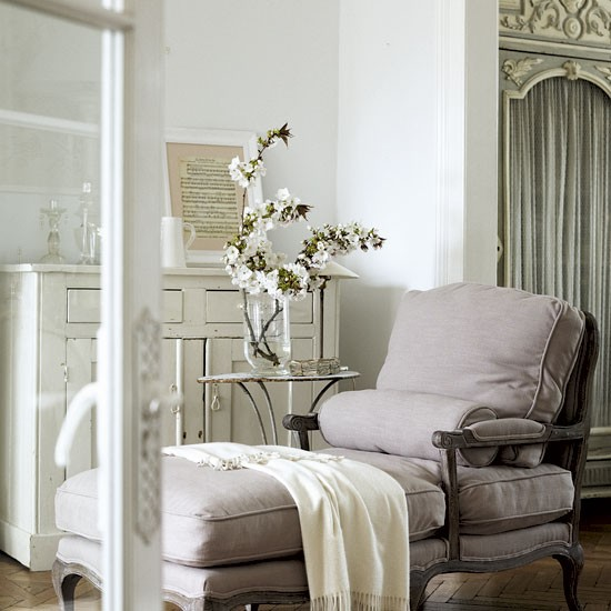 Living Room Fashion: Classic French-style Living Room