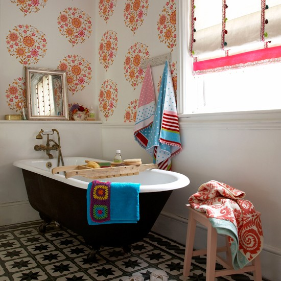 Bath Wallpaper Ideas: Seventies Style Wallpaper Print