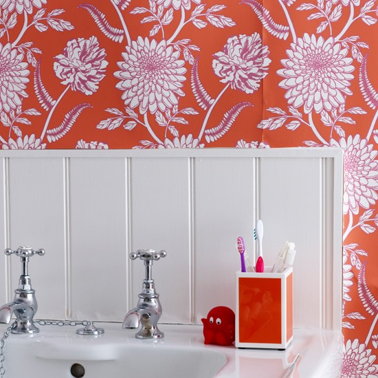 Bathroom Pictures For Wall Uk: White Bathroom With Red Wallpaper