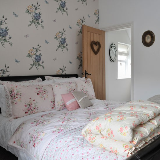 Country Chic Bedroom Decorating Ideas: Real Homes - Vintage-style Victorian