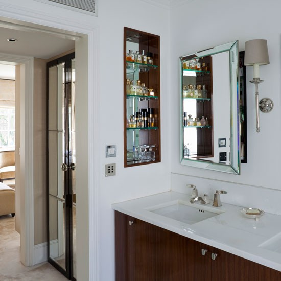 Bathroom Suite Ideas: En-suite With Smart Cabinetry And Open Storage