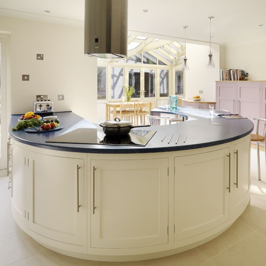 Kitchen With Peninsula: Be Inspired By A Spacious Kitchen