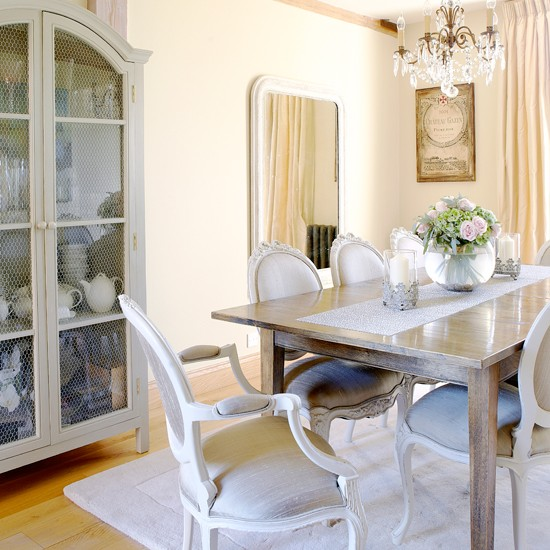 Casual Dining Rooms Decorating Ideas For A Soothing Interior: Light And Bright Dining Room