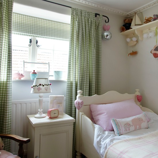 Vintage Style Kids Room: Country-style Girl's Bedroom With Gingham Curtains