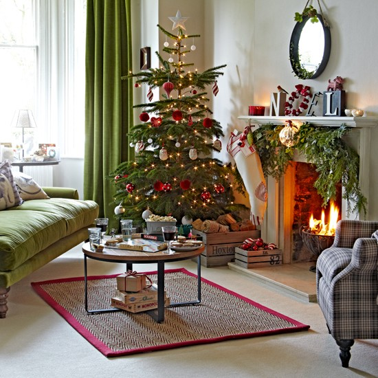 Christmas Living Room Decorating Ideas: Classic Green And Red Living Room With Tree