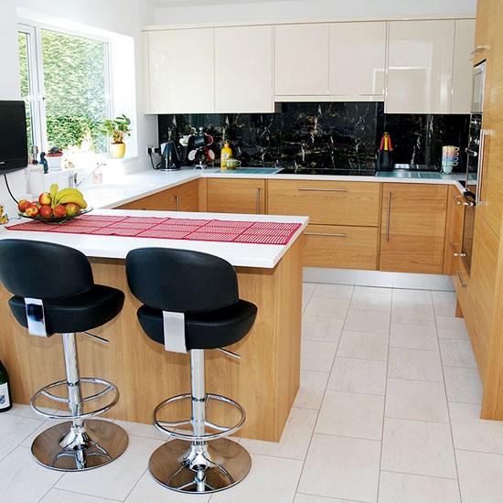 Small Kitchen Design Ideas Uk: Compact Oak Kitchen With Breakfast Bar