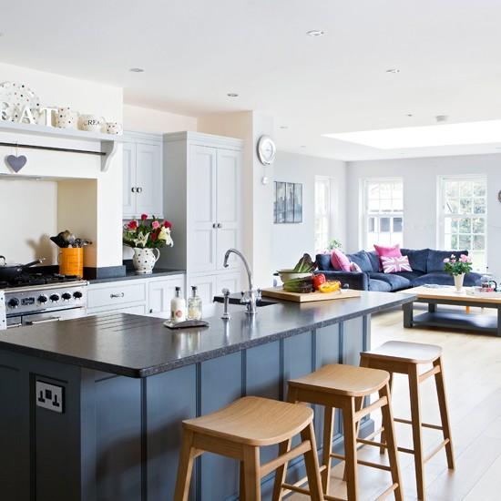 White Kitchen Designs On Open Plan: Traditional Painted Open-plan Kitchen