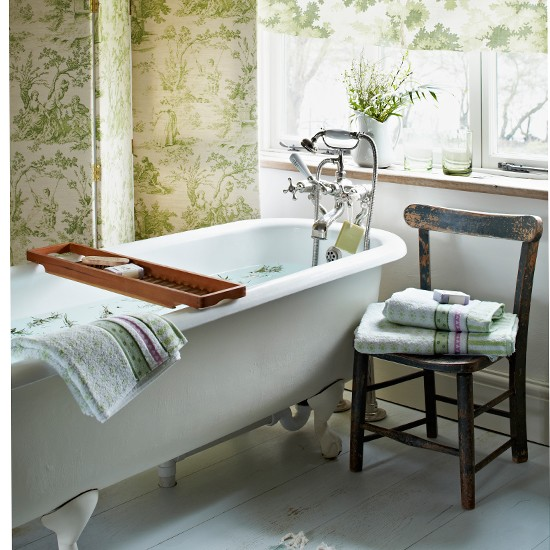 Green toile bathroom with roll-top bath | Bathroom ...
