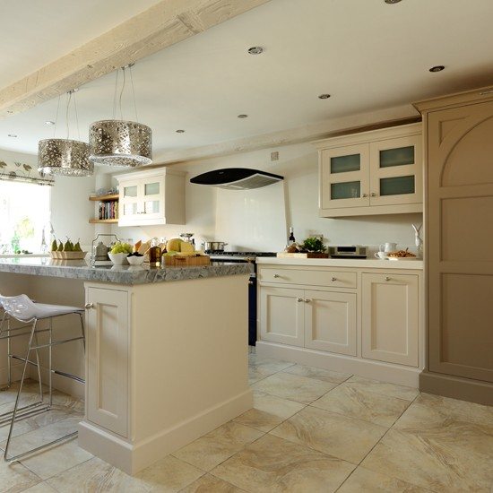Shaker Style Kitchen Ideas: Cream Shaker Kitchen With Modern Pendants