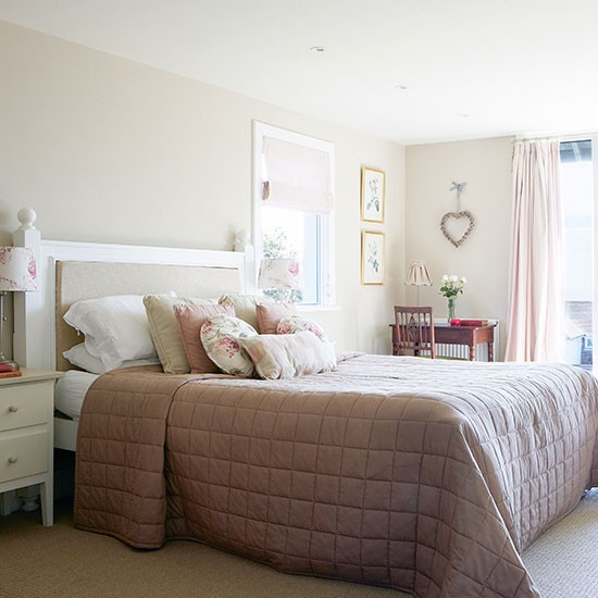 Cream and pink country bedroom | Bedroom decorating ...