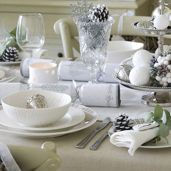 Simple silver and white christmas table setting budget - Christmas table setting ideas ...