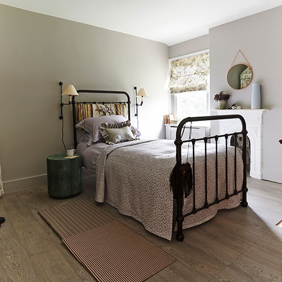 Traditional Bedroom Decorating Ideas: Traditional Bedroom With Bronze Bedstead