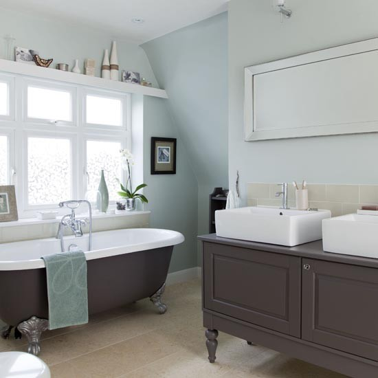 Large Traditional-style Family Bathroom