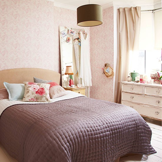 Country Chic Bedroom Decorating Ideas: Shabby-chic Bedroom With Pink Floral Wallpaper