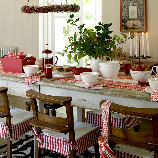 Red Dining Room Table: Classic Christmas Dining Room With Natural Foliage