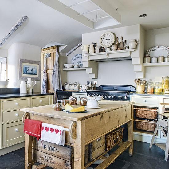 20 Charming Cottage Style Kitchen Decors: Farmhouse-style Kitchen With Crockery Shelves