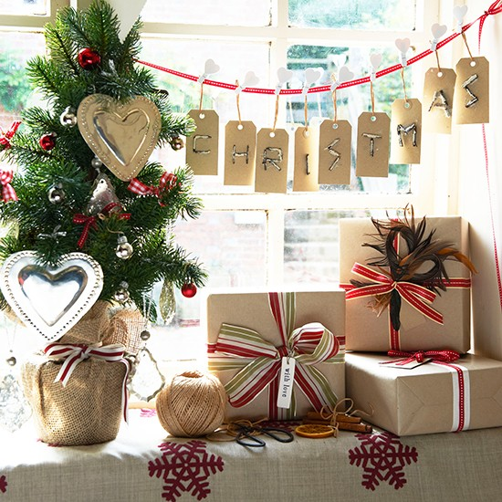 Home Decoration Ideas By Paper: Christmas Present Display With Mini Christmas Tree