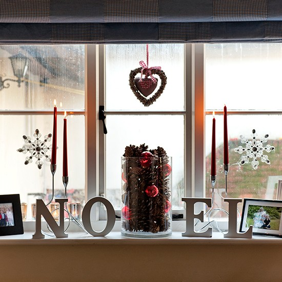 33 Best Christmas Country Living Room Decorating Ideas: Living Room Window With Festive Letter Art