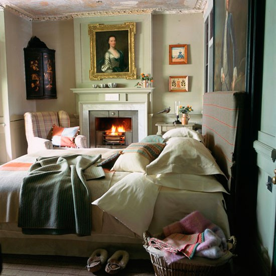 Classic Bedroom Decorating Ideas: Classic Country Bedroom With Gilt Frames