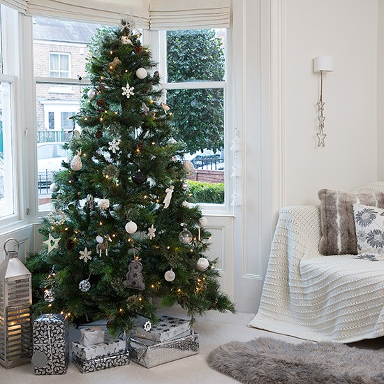 Living Room Tree Art: Snow White Living Room With Christmas Tree In Bay