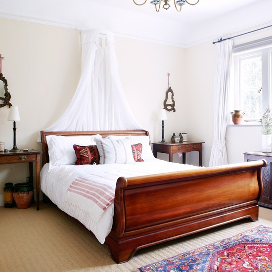 Romantic Bedroom Designs: Romantic Bedroom With Sleigh Bed And Voile Curtain