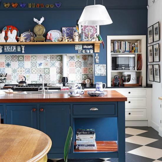 Navy kitchen with mix-and-match style | Navy kitchen ideas ...